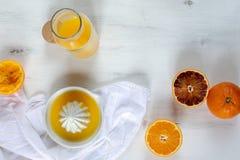 Φρέσκα juicy πορτοκάλια, φρέσκος συμπιεσμένος χυμός από πορτοκάλι, αναζωογονώντας θερινό ποτό, άσπρο ξύλινο υπόβαθρο στοκ φωτογραφίες με δικαίωμα ελεύθερης χρήσης