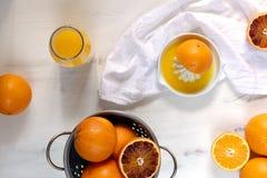 Φρέσκα juicy πορτοκάλια, φρέσκος συμπιεσμένος χυμός από πορτοκάλι, αναζωογονώντας θερινό ποτό, άσπρο ξύλινο υπόβαθρο στοκ φωτογραφία με δικαίωμα ελεύθερης χρήσης