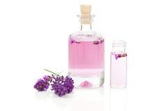 Φρέσκα lavender άνθη με το φυσικό χειροποίητο lavender πετρέλαιο Στοκ Εικόνες
