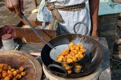 φρέσκα pakoras τηγανίσματος Στοκ εικόνα με δικαίωμα ελεύθερης χρήσης