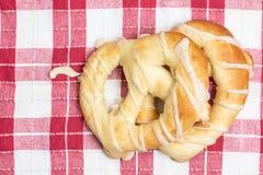 Φρέσκα pretzels αρτοποιείων που απομονώνονται επάνω από το άσπρο υπόβαθρο στον ξύλινο πίνακα στοκ εικόνα