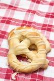 Φρέσκα pretzels αρτοποιείων που απομονώνονται επάνω από το άσπρο υπόβαθρο στον ξύλινο πίνακα στοκ φωτογραφία