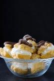 Φρέσκα profiteroles με την κρέμα και τη σοκολάτα Στοκ εικόνα με δικαίωμα ελεύθερης χρήσης