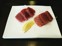 Φρέσκα sashimi/maguro τόνου που εξυπηρετείται στο άσπρο πιάτο Στοκ εικόνα με δικαίωμα ελεύθερης χρήσης