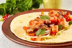 Φρέσκα tacos με την ψημένη Τουρκία, ντομάτες και guacamole Στοκ Φωτογραφία
