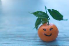 Φρέσκα tangerines σε έναν μπλε ξύλινο πίνακα Στοκ Φωτογραφίες