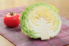 Φρέσκες λάχανο και ντομάτα στον πίνακα Στοκ Φωτογραφία