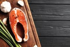 Φρέσκες ακατέργαστες μπριζόλες σολομών με το άλας, πιπέρια στοκ φωτογραφία