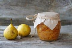 Φρέσκες αχλάδια και μαρμελάδα αχλαδιών Στοκ εικόνα με δικαίωμα ελεύθερης χρήσης