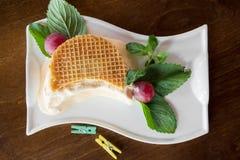Φρέσκες βάφλες με το παγωτό σε ένα άσπρο πιάτο στο ξύλινο υπόβαθρο Στοκ εικόνες με δικαίωμα ελεύθερης χρήσης