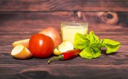 Φρέσκες γάλα καλαμποκιού και ντομάτα, μήλο, τσίλι στον ξύλινο πίνακα, κινηματογράφηση σε πρώτο πλάνο Στοκ εικόνες με δικαίωμα ελεύθερης χρήσης
