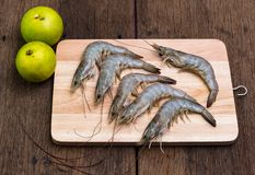 Φρέσκες γαρίδες που τοποθετούνται σε έναν χασάπη έτοιμο στοκ εικόνα με δικαίωμα ελεύθερης χρήσης