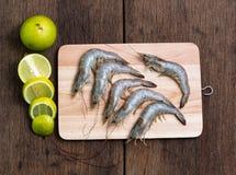 Φρέσκες γαρίδες που τοποθετούνται σε έναν χασάπη στοκ εικόνες