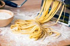 Φρέσκες ζυμαρικά και μηχανή ζυμαρικών Στοκ φωτογραφίες με δικαίωμα ελεύθερης χρήσης