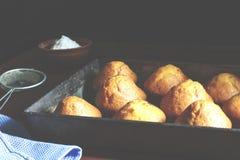 Φρέσκες ζύμες στο αρτοποιείο ή τα σπιτικά κέικ στοκ εικόνα