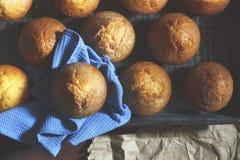 Φρέσκες ζύμες στο αρτοποιείο ή τα σπιτικά κέικ στοκ φωτογραφία