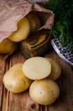 Φρέσκες καινούριες πατάτες στο ξύλινο υπόβαθρο Στοκ Εικόνες