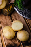 Φρέσκες καινούριες πατάτες στο ξύλινο υπόβαθρο Στοκ Φωτογραφίες