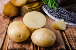Φρέσκες καινούριες πατάτες στο ξύλινο υπόβαθρο Στοκ φωτογραφίες με δικαίωμα ελεύθερης χρήσης