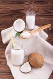 Φρέσκες καρύδες που κόβονται στο μισό, το γάλα κοκοφοινίκων και τα τσιπ Το σύνολο και η περικοπή, στρογγυλά καρύδια με τους κοκοφ Στοκ φωτογραφίες με δικαίωμα ελεύθερης χρήσης