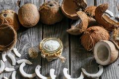 Φρέσκες καρύδες που σπάζουν στο ξύλινο υπόβαθρο Στοκ Εικόνες