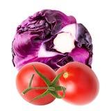 Φρέσκες κόκκινα λάχανα και ντομάτες που απομονώνονται σε ένα άσπρο υπόβαθρο στοκ εικόνα με δικαίωμα ελεύθερης χρήσης