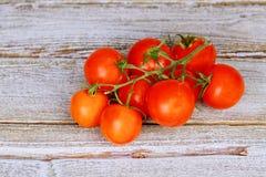 Φρέσκες κόκκινες ντομάτες σε ένα υπόβαθρο των παλαιών πινάκων Στοκ εικόνες με δικαίωμα ελεύθερης χρήσης