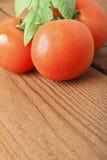 Φρέσκες κόκκινες ντομάτες στο ξύλινο υπόβαθρο τοποθετήστε το κείμενο Στοκ Εικόνες