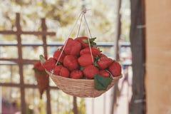 Φρέσκες κόκκινες νόστιμες φράουλες στο cinematic ύφος καλαθιών στοκ εικόνες με δικαίωμα ελεύθερης χρήσης