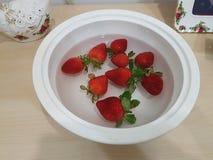 Φρέσκες κόκκινες φράουλες στο κύπελλο Στοκ εικόνες με δικαίωμα ελεύθερης χρήσης
