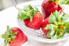 Φρέσκες κόκκινες φράουλες σε ένα τρυπητό Στοκ φωτογραφία με δικαίωμα ελεύθερης χρήσης