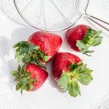 Φρέσκες κόκκινες φράουλες σε ένα τρυπητό Στοκ εικόνες με δικαίωμα ελεύθερης χρήσης