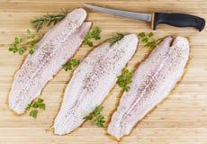 Φρέσκες λωρίδες ψαριών με το μαχαίρι λωρίδων Στοκ Εικόνες