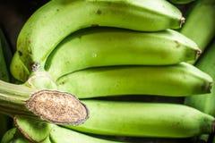 Φρέσκες μπανάνες στο ξύλινο υπόβαθρο στην αγορά φρούτων, τα υγιή τρόφιμα, τις μπανάνες πλούσιες σε βιταμίνες, τον υγιείς τρόπο ζω Στοκ Εικόνες