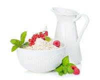 Φρέσκες νιφάδες βρωμών με τα μούρα και την κανάτα γάλακτος στοκ φωτογραφίες με δικαίωμα ελεύθερης χρήσης