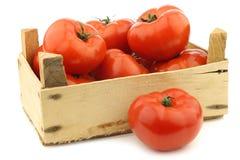 Φρέσκες ντομάτες βόειου κρέατος σε ένα ξύλινο κλουβί στοκ εικόνες