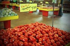 Φρέσκες ντομάτες για την πώληση στην αγορά Στοκ Εικόνες