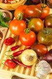 Φρέσκες ντομάτες για τη σαλάτα Προετοιμασία της σαλάτας ντοματών και τσίλι τρόφιμα σιτηρεσίου πρόγευμα υγιές Στοκ Φωτογραφία