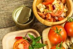 Φρέσκες ντομάτες για τη σαλάτα Προετοιμασία της σαλάτας ντοματών και τσίλι τρόφιμα σιτηρεσίου πρόγευμα υγιές Στοκ Εικόνες