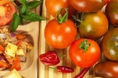 Φρέσκες ντομάτες για τη σαλάτα Προετοιμασία της σαλάτας ντοματών και τσίλι τρόφιμα σιτηρεσίου πρόγευμα υγιές Στοκ εικόνες με δικαίωμα ελεύθερης χρήσης