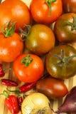 Φρέσκες ντομάτες για τη σαλάτα Προετοιμασία της σαλάτας ντοματών και τσίλι τρόφιμα σιτηρεσίου πρόγευμα υγιές Στοκ Φωτογραφίες