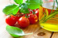 φρέσκες ντομάτες ελιών π&epsilon στοκ φωτογραφία με δικαίωμα ελεύθερης χρήσης