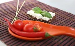 Φρέσκες ντομάτες κερασιών και ελιές kalamata στη φρυγανιά Στοκ εικόνες με δικαίωμα ελεύθερης χρήσης