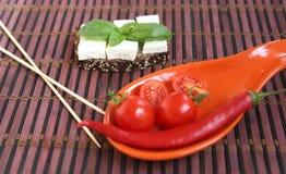 Φρέσκες ντομάτες κερασιών και ελιές kalamata στη φρυγανιά Στοκ Εικόνες
