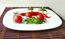 Φρέσκες ντομάτες κερασιών και ελιές kalamata στη φρυγανιά Στοκ Φωτογραφία
