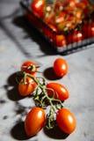Φρέσκες ντομάτες κερασιών στον κλάδο στο καλάθι σιδήρου Στοκ φωτογραφίες με δικαίωμα ελεύθερης χρήσης