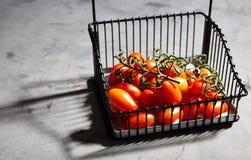 Φρέσκες ντομάτες κερασιών στον κλάδο στο καλάθι σιδήρου Στοκ φωτογραφία με δικαίωμα ελεύθερης χρήσης
