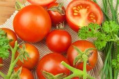 Φρέσκες ντομάτες κερασιών στο αγροτικό ξύλινο υπόβαθρο φρέσκα επιτραπέζια λαχανικά κουζινών Στοκ Εικόνα