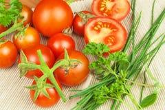 Φρέσκες ντομάτες κερασιών στο αγροτικό ξύλινο υπόβαθρο φρέσκα επιτραπέζια λαχανικά κουζινών Στοκ Εικόνες