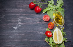 Φρέσκες ντομάτες κερασιών, φέτες του ελαιολάδου λεμονιών, μαρουλιού και Στοκ Φωτογραφία